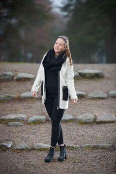 #whitecoat #brunette #fashionblog #fashion #streetstyle #mystyle #emmyslife #boots