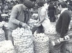 Até meados da década de 1950, os paulistanos não tinham supermercado na cidade. As compras de alimentos como feijão, farinha e milho eram feitas, a granel, em quitandas, feiras, empórios e uma infinidade de armazéns de secos e molhados que existiam espalhados pela cidade. Os fregueses entravam nessas chamadas 'vendinhas' e escolhiam o produto que ficava exposto em sacos abertos.
