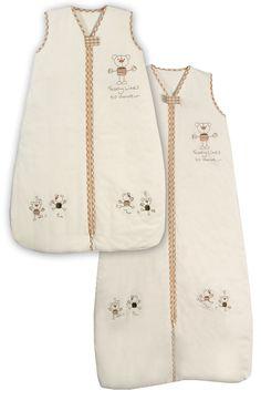 Der Reiseschlafsack/Fußsack Teddy Jersey für den Kinderwagen, sowohl im Kinderbettl als auch im Autositz oder Kinderwagen benutzt werden. Der Kinderwagenschlafsack hat vorne einen Zweiwege Reißverschluss und hinten eine verschließbare Öffnung, durch die der Gurt des Autositzes bzw. Kinderwagens befestigt wird. Somit kann dieser praktische Babyschlafsack sehr vielseitig eingesetzt werden. Passend für Mädchen und Jungen.