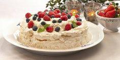 Pavlova med friske bær - En sikker vinner blant store og små, spesielt om sommeren.