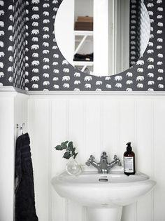 Black & White bathroom in Stockholm Apartment Bathroom Colors Gray, White Bathroom, Bathroom Interior, Small Bathroom, Bathroom Sink Vanity, Bathroom Floor Tiles, Bathroom Layout, Washroom, White Vintage Mirror