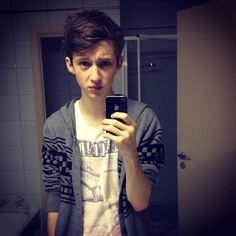 Troye Sivan <3 tell me no one else thinks he looks like a fetus Jason Dolly?