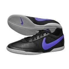 SEPATU FUTSAL NIKE DAVINHO 580452-050 Merupakan sepatu futsal Nike yang didesign untuk pertandingan Indoor dan sangat cocok pada permuaan kayu, Linoleum dan beton. Kecepatan dan kelincahan merupakan sesuatu yang ditawarkan sepatu ini. Warna hitan pada upper dan putih pada outsole, kombinasi warna sempurna untuk digunakan. Size 41 dan 44