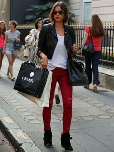 Son el calzado de moda para este año. Nos gustan discretas, como estas de color negro de la modelo Irina Shayk.