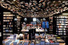 olhem os livros no teto...