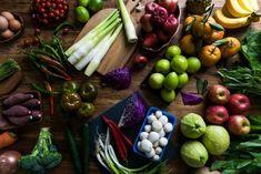 Φρούτα και λαχανικά: τι σημαίνουν τα χρώματα;   Θέματα   Bostanistas.gr : Ιστορίες για να τρεφόμαστε διαφορετικά Dark Green Vegetables, Fruits And Vegetables, Cleanse Diet, In Season Produce, Alkaline Diet, Eat Fruit, Healthy Living Tips, Diet And Nutrition, Healthy Eating