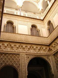 Real Alcázar de Sevilla es un conjunto de palacios rodeados por una muralla, situados en la ciudad de Sevilla. Su construcción se inició en la Alta Edad Media. En su realización se han empleado a lo largo de la historia diferentes estilos, desde el islámico de sus primeros moradores, al mudéjar y gótico del periodo posterior a la conquista de la ciudad por las tropas castellanas.