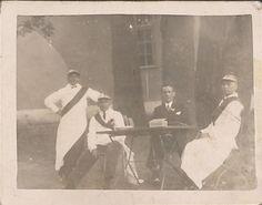 Zdjęcie z 1936 r., autor nieznany. Uczestnicy zabawy w gospodzie J. Kaczmarka, w gnieźnieńskim lesie miejskim na Jelonku. Imprezę zorganizował miejscowy Cech Rzeźnicko-Wędliniarski i Bractwo Czeladzi Rzeźnickiej, w ramach obchodów 500 rocznicy powstania cechu. Na zdjęciu, od lewej do prawej: czeladnik Feliks Szlaps, nieustalony uczestnik, Teodor Gielniak, czeladnik Mieczysław Zieliński. Concert, Painting, Author, Recital, Paintings, Concerts, Draw, Drawings
