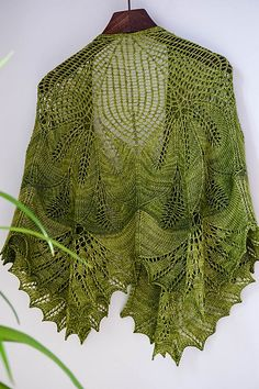 Leaf Wreath – Blattkranz Shawl by Hayley Tsang Sather | malabrigo Sock in Lettuce