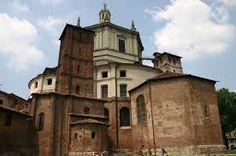 Chiesa di San Lorenzo a Milano, edificata fra fine del IV sec. e inizio del V sec. All'epoca della sua costruzione era la chiesa a pianta centrale più grande di tutto l'occidente. All'esterno ha la forma di un quadrato con i lati trasformati in curve. Agli angoli vennero costruite quattro torri a pianta quadrata ancora esistenti.