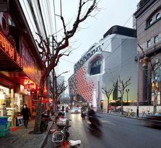 Tessellating diamonds create an intricate grid of solid and void across the facade of this shopping centre that UNStudio has completed in Shanghai Kenzo Tange, Open Architecture, Chinese Architecture, Graduate School, Un Studio, Vertical City, Mall Design, Retail Design, Public Square