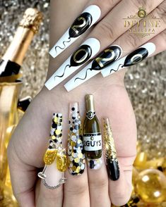 Trendy Holiday Nail Designs for 2020 New Years Holiday Nail Designs, Creative Nail Designs, Short Nail Designs, Creative Nails, Holiday Nails, Nail Polish Trends, Nail Trends, Gel Polish, Diy Acrylic Nails