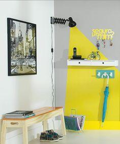 deco hall entree avec effet déco en jaune et turquoise avec un tableau dans un style rétro en noir et blanc