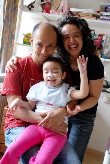 Verena en Maurice de Bruyn kregen de schrik van hun leven toen hun vijfjarige dochtertje van het ene op het andere moment haar bewustzijn verloor. Amy bleek een hersentumor te hebben. Ze revalideert op dit moment in Revalidatiecentrum Leijpark. Haar ouders logeren dichtbij in het Tilburgse Ronald McDonald Huis. >> Lees hier het hele verhaal: http://www.kinderfonds.nl/huis-middenwest-brabant/het-huis/ouders-vertellen/kleine-stapjes#sthash.pxHDdnEu.dpuf