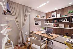 Silvana Andrade arquitetura - A sala de trabalho da arquiteta é a coisa mais linda! A estante atrás da mesa tem fundo em madeira rústica + prateleiras em laca branca brillhante (Bontempo).