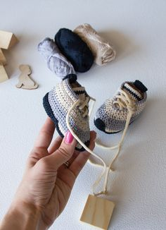 Contract vicariously throughout your young one and the police officer modern-day enjoyable hyped kid footwear apparel. Crochet Baby Boots, Crochet For Boys, Crochet Shoes, Crochet Slippers, Double Crochet, Single Crochet, Crochet Toys Patterns, Stuffed Toys Patterns, Baby Sneakers