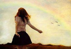 mujer arco iris defendiéndose de quien le trata mal