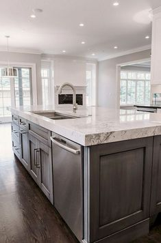 Adorable 150 Gorgeous Farmhouse Kitchen Cabinets Makeover Ideas https://roomadness.com/2017/11/25/150-gorgeous-farmhouse-kitchen-cabinets-makeover-ideas/