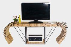 #SL8... Mesa de TV accordèon construida con madera de palets, con varilla roscada y tuercas en zona curvada, con soporte metálico y tirantes con varilla roscada pintada con pintura galvanizada gris, la repisa donde la estructura metálica formada con madera de palet, todo ello barnizado.   Medidas: 58,50 cms de altura, 174x35 cms. repisa 50,50x35,50 cms, base TV 117x35 cms.  http://www.lapetitemaisonlaboratoridart.com https://www.facebook.com/lapetitemaison.laboratoire