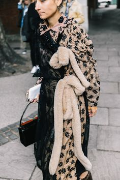 The Pink Pineapple: London Fashion Week Day Julia Restoin Roitfeld, Alexa Chung, Fashion Outfits, Womens Fashion, Fashion Trends, Style Fashion, Burberry, Color Turquesa, Next Clothes