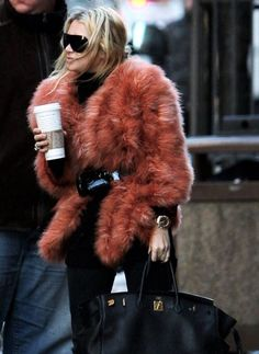 This faux fur wrap is a stylish twist on the classic fur coat or vest. Just as warm and cozy, this piece is beautifully accessorized with a chunky black belt. Street Looks, Look Street Style, Street Chic, Fur Fashion, Fashion Outfits, Womens Fashion, Fashion Trends, Urban Chic, Fabulous Furs