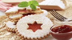 This pretty holiday sandwich cookie: Traditional Raspberry Linzer Cookies recipe is made with butter, almond flour and raspberry jam. Christmas Desserts, Christmas Baking, Christmas Cookies, Raspberry Linzer Cookies Recipe, Classic Christmas Cookie Recipe, Cookie Recipes, Dessert Recipes, Czech Recipes, Ober Und Unterhitze