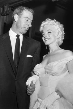 01 Jun New York, New York, USA --- Joe DiMaggio escorts ex-wife Marilyn Monroe to the premiere of her movie Joe Dimaggio, Hollywood Glamour, Classic Hollywood, Old Hollywood, Marilyn Monroe Marriages, Photo New York, Marilyn Monroe Photos, Famous Couples, Norma Jeane