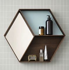 Miroir hexagonal en chêne avec étagères (2 modèles) Ferm Living