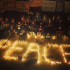 Los niños musulmanes chiítas paquistaníes sostienen velas cerca de fotos de las víctimas durante una vigilia en el lugar de un atentado con bomba en Quetta. 89 personas murieron cuando una bomba destruyó un enorme mercado en el suburbio de Quetta Hazara Town el 16 de febrero de 2013. #InstagramMILENIO Foto: AFP