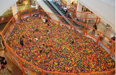 Piscina de Bolinhas Gigante invade o Ilha Plaza Shopping   Jornalwebdigital