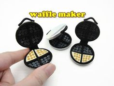 Hello there! Here a new tutorial on how to make doll size mini waffle maker. Miniature Kitchen, Miniature Food, Miniature Dolls, Mini Kitchen, Dollhouse Miniature Tutorials, Miniature Crafts, Dollhouse Miniatures, Minis, Doll Crafts