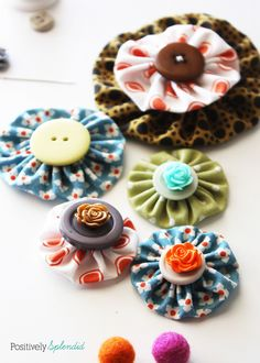 This easy fabric yo-yo tutorial is a great way to use up fabric scraps. Templates to make three different fabric yo-yo sizes and full step-by-step instructions included! Diy Flowers, Fabric Flowers, Material Flowers, Handmade Flowers, Wedding Flowers, Sewing Hacks, Sewing Crafts, Sewing Ideas, Wholesale Fabric Suppliers