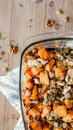 Oven pumpkin with vegan feta and walnuts / vegan, simple pumpkin recipe - Herbst Rezepte Quick Vegan Meals, Healthy Cooking, Vegetarian Recipes, Easy Meals, Vegan Pumpkin, Pumpkin Recipes, Fall Recipes, Baked Pumpkin, Cream Of Pumpkin Soup