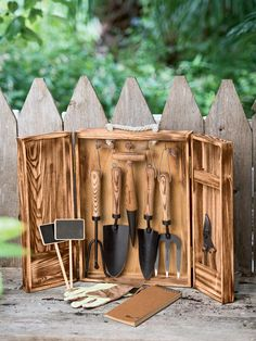 Not waste time and cash and prevent locating the gardening tools you misplace if you attempt one of these simple clever DIY Garden Tool Storage Ideas! Allow it to be all simple and easy ,… Garden Tool Organization, Garden Tool Storage, Garden Tool Set, Garden Ideas, Garden Projects, Planting Tools, Gardening Tools, Gardening Quotes, Gardening Hacks
