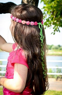 Crochet Headband Ravelry: Summer Girl - crocheted headband pattern by Monika Sirna - Looking for a perfect accessory to go with her dress, a photography prop, a last minute gift? Diy Tricot Crochet, Bandeau Crochet, Crochet Headband Pattern, Crochet Crafts, Crochet Patterns, Crochet Headbands, Diy Crafts, Crochet Girls, Love Crochet