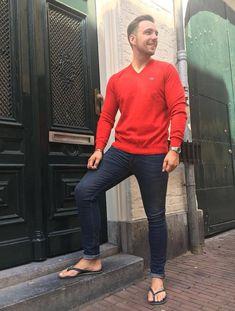 Urban Style in Havaianas Urban Fashion, Mens Fashion, Flipflops, Abercrombie Men, Outfits Hombre, Barefoot Men, Blazer With Jeans, Mens Flip Flops, Male Feet