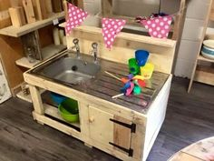 Let surprise your kids and give them this beautiful pallets wood creation to play and to have a confidence of having their own wooden kitchen structure. This is beautiful created pallets art not only simple and easy in construction but also economical and affordable for everyone.