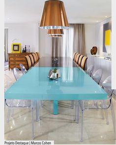 Ousadia define a proposta desta mesa que une o estilo moderno e clássico. Uma mesa azul turquesa com cadeira em acrílico é outra em espelho bronze com cadeiras estofadas. E aí o que acharam da mistura?  Ad Pinterest/ arqdecoracao @arquiteturadecoracao @acstudio.arquitetura #arquiteturadecoracao #olioliteam #instagrambrasil #decor #arquitetura #adsaladejantar #saladejantar #saladerefeicoes