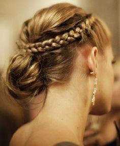 fonott frizurák - fonással díszített tarkókonty