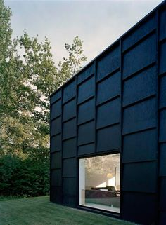 Architectural Inspiration 12 Modern Houses with Black Exteriors is part of Black exterior House - We've noticed a trend in architecture houses are going dark Allblack houses aren't for the Addams Family anymore all the cool kids are doing it Houses Architecture, Architecture Design, Residential Architecture, Amazing Architecture, Black Architecture, Installation Architecture, Chinese Architecture, Architecture Office, Futuristic Architecture