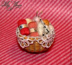 how to: knitting basket diy miniature Dollhouse Miniature Tutorials, Miniature Quilts, Miniature Crafts, Miniature Dolls, Dollhouse Miniatures, Dollhouse Accessories, Doll Accessories, Accessoires Mini, Vitrine Miniature