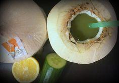 Zielony koktajl chroniący serce w młodym kokosie