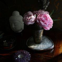 Beautiful dark interiors. #darkinteriors #florals