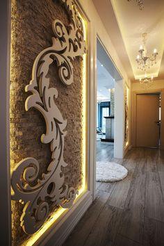 İç Mimari proje ve dekorasyon uygulaması Artstyle Mimarlık tarafından yapılan Bahçeşehir Villaya ait Holl Görünüş,Doğal Taş ve üzeri Ahşap Cnc desen çalışması