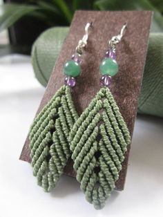 Macrame Leaves Green Olive Earrings with door PapachoCreations Macrame Earrings, Macrame Jewelry, Macrame Owl, Card Weaving, Micro Macramé, Macrame Design, Gifts For Photographers, Macrame Projects, Friendship Gifts