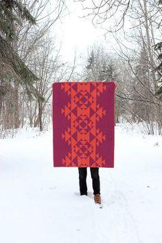Dies ist eine moderne Baby Quilt oder Kleinkind Quilt, handgefertigt mit Qualität Quilten Baumwolle, die dauern wird. Er misst 35 x 48 .    Diese