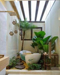 pflanzen fürs bad kokospalme-priesterpalme-exotisch-zimmerpflanzen-freistehend-badewanne-hängelampen-tisch