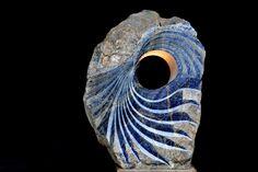 Prachtig en inspirerend werk van de Nederlandse beeldhouwer Jan Carel Koster uitgevoerd in Sodaliet. Kijk maar eens zelf op jancarelkoster.nl!
