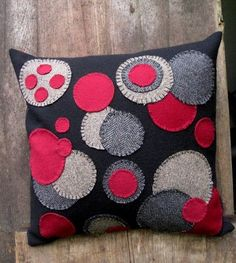 Wool Throw Pillow in Black and Red Penny Rug Variation Applique Pillows, Wool Applique, Applique Patterns, Craft Patterns, Red Throw Pillows, Wool Pillows, Diy Pillows, Sewing Crafts, Sewing Projects
