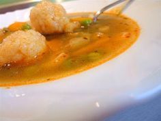 Kiskonyhám ízei: Sajtgombócos borsóleves Thai Red Curry, Soup, Drinks, Ethnic Recipes, Drinking, Beverages, Drink, Soups, Beverage